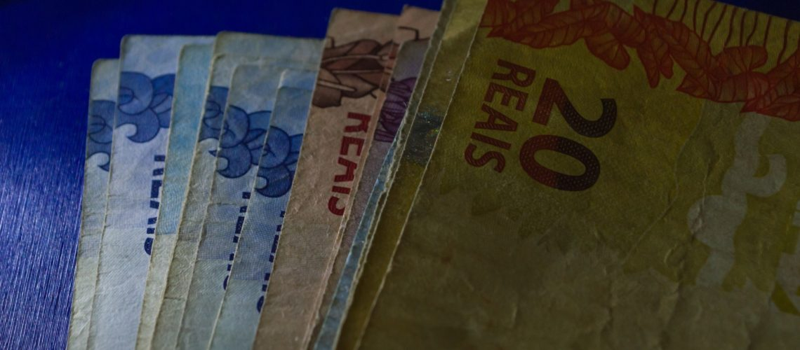 currency-notes-of-a-brazilian-real-lit-dramatically_t20_GJwZ4R